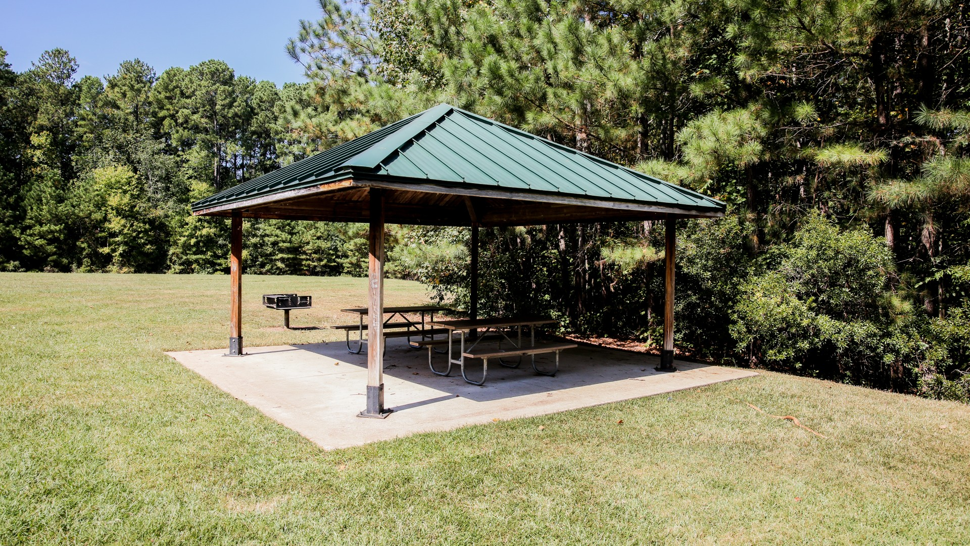 A second smaller outdoor picnic shelter with two tables at Baileywick Park